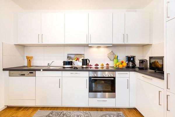 Die Küchenzeile ist komplett ausgestattet und bietet alle Annehmlichkeiten, von Geschirrspüler bis Nespressosystem von Krups für Kaffeeliebhaber.