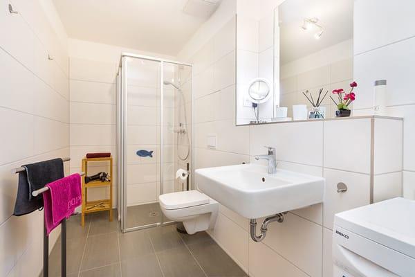 Das edle Bad bietet Ihnen Echtglasdusche, WC, Fön und Waschmaschine.