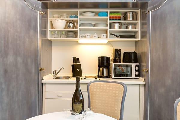 ... eine hochwertige Schrankküche (hier ein Beispielfoto aus Fewo 4).