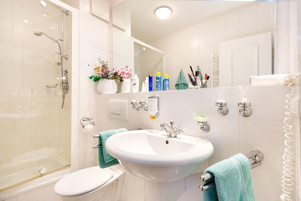 Im Bad finden Sie Echtglasdusche, Handtuchtrockner, WC und Fön.