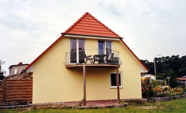 Seitenansicht vom Haus mit Balkon