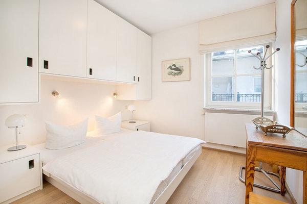 Hier der Blick in das Schlafzimmer mit viel Stauraum für Ihre Urlaubsgarderobe.