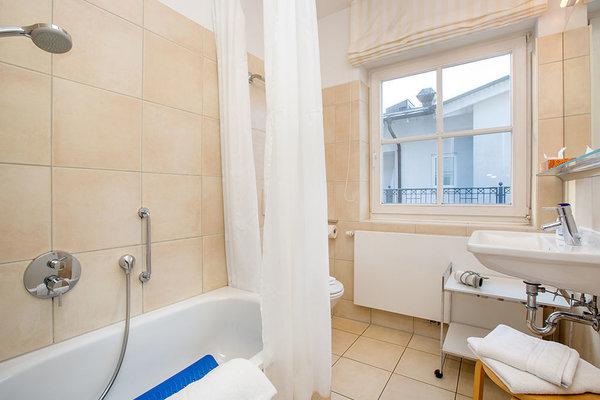 Das moderne Bad hat eine Sitzbadewanne (Innenmaß 1m x 0,60m) mit integrierter Dusche, in der man die Kinder nach dem Strandvergnügen hervorragend abbrausen kann :) ...