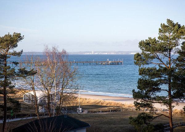 ... schaut auf die Seebrücke und die Ostsee.