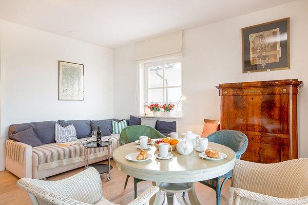 Die Wohnung ist mit einem geschmackvollen Mix aus Antiquitäten und schönen Designklassikern eingerichtet.