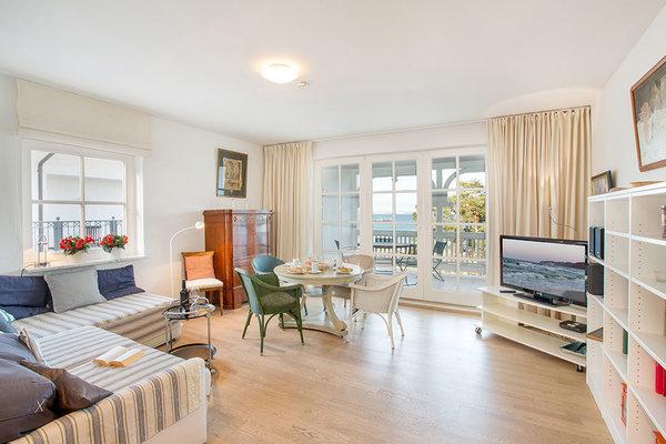 Hier der Blick in das schöne helle Wohnzimmer. Auf der Couch kann bei Bedarf aufgebettet werden.
