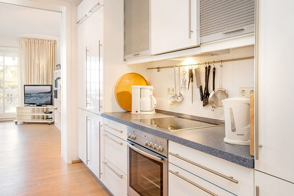 Die Küche ist vom Wohnzimmer durch eine Schiebetür getrennt.