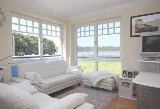 Die großen Fenster des Wohnraums geben den Blick frei auf den Schmachter See. Die techn. Ausstattung beinhaltet einen Flachbildfern-TV, Musikanlage mit CD-Player und kostenfreien WLAN-Zugang.