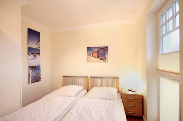 Das 2. (kleinere) Schlafraum verfügt über zwei Einzelbetten.