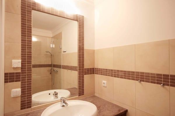Duschbad mit Waschtisch und WC