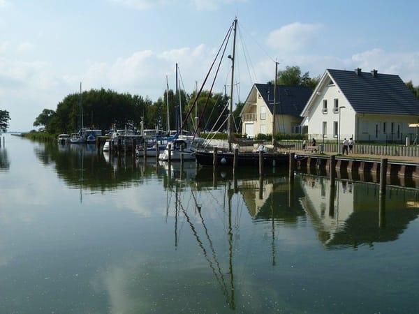 Neues Ferienhaus in direkter Wasserlage am idyllischen Naturhafen Stagnieß. Auf 3 Etagen finden Sie viel Platz zum Wohlfühlen.