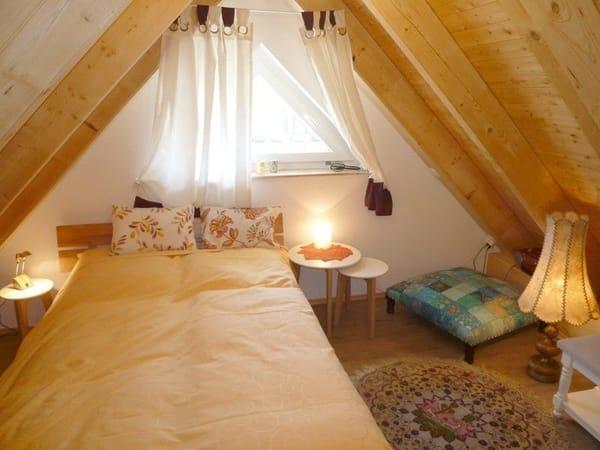 Im ausgebauten Spitzboden stehen 2 weitere Schlafmöglichkeiten bereit: Ein Einzelbett (Breite 1 m) sowie ein Bett (Breite 1,40 m). Der Spitzboden ist auch ideal als Spielhöhle für Kinder geeignet.