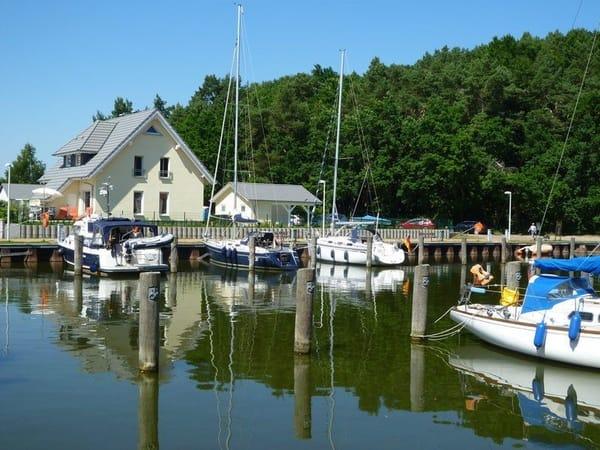 Genießen Sie die direkte Wasserlage am Naturhafen Stagnieß - ein Geheimtipp für Usedom Liebhaber. An diesem Ort finden Sie absolute Ruhe.
