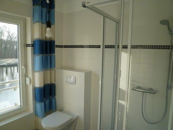 Das Ferienhaus verfügt über 2 moderne Bäder, jeweils mit bodengleichen Duschen. Neben dem Bad im Erdgeschoss steht ein zweites Bad im Obergeschoss zur Verfügung.