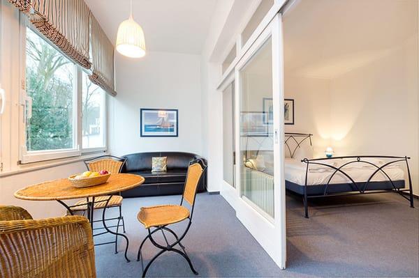 In der Loggia befindet sich eine Couch mit Schlaffunktion für 2 Personen (Breite 1.40m). Kinderreisbettchen und Kinderstuhl werden bei Bedarf gern bereitgestellt.