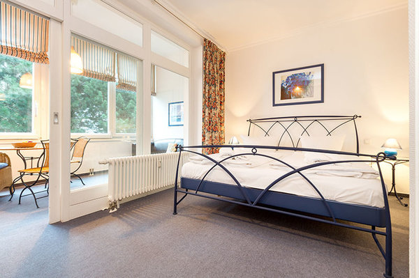 Schlafzimmer und Loggia können durch eine Schiebetür abgetrennt werden. Die Abdunkelung erfolgt über die im Bild zu sehenden Gardinen.