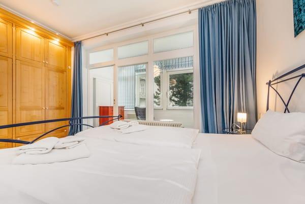 Im Schlafzimmer befindet sich natürlich auch ein großer Kleiderschrank für Ihre Urlaubsgarderobe.