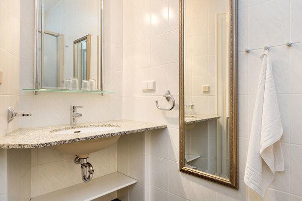 Das schöne Bad hält für Sie Waschbecken, Fön ...