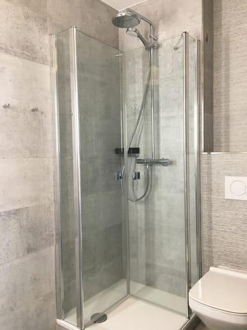 Das Bad wurde 2019 saniert und neu gefliest.