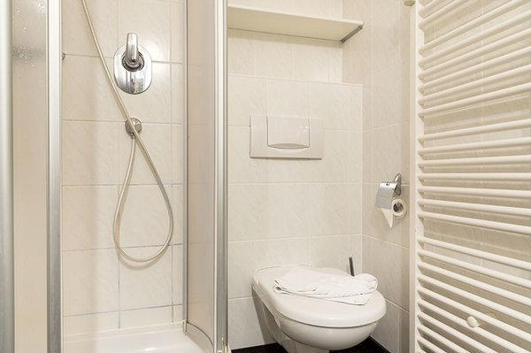 ... Dusche und WC bereit.