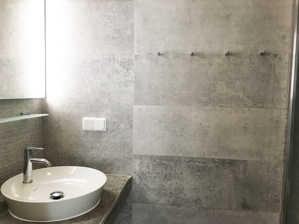 Es bietet Ihnen Dusche, Waschbecken und WC.