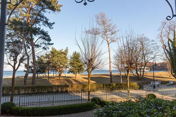 Im Bild oben: Ihr Ausblick vom Balkon. Ein Strandkorb am Strand vor der Villa steht Ihnen von Mai bis September kostenfrei zur Verfügung.