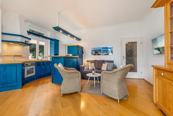Hier der Blick Richtung Wohnbereich und Küchenzeile.