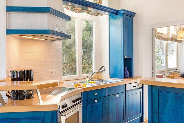 Die Küchenzeile ist komplett mit Geschirrspüler etc. ausgestattet.