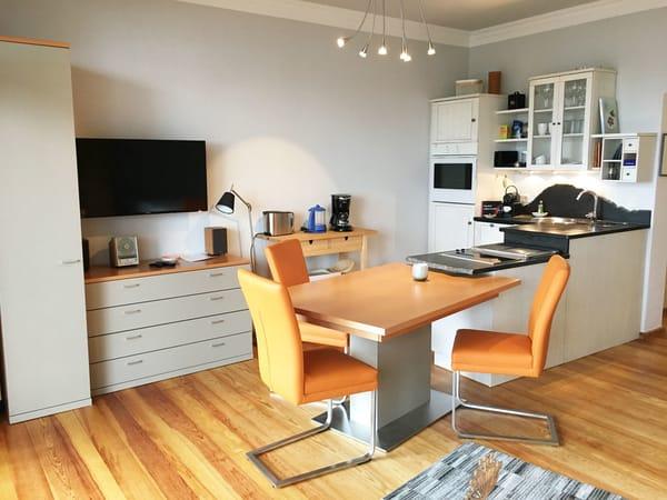 Hier der Blick Richtung Küchenzeile. WLAN ist in der Ferienwohnung kostenfrei verfügbar.