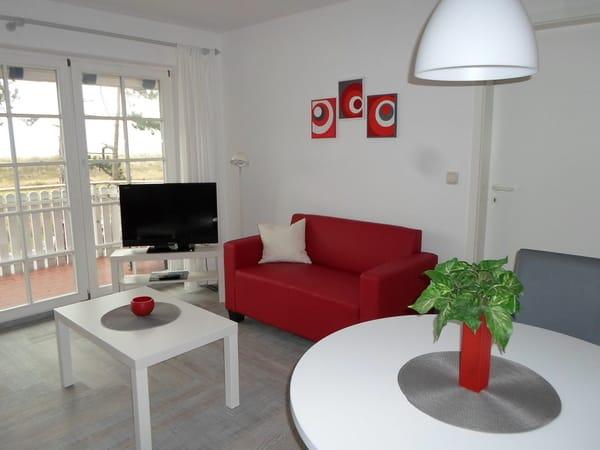 modern eingerichteter Wohnbereich mit Flachbildfernseher