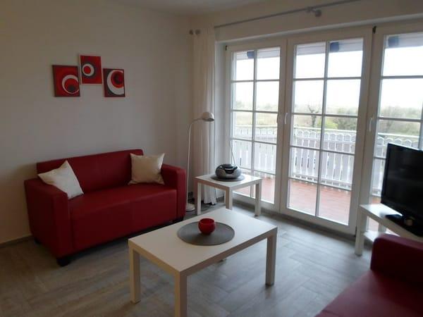 Wohnbereich und Zugang zum Balkon mit Ostseeblick