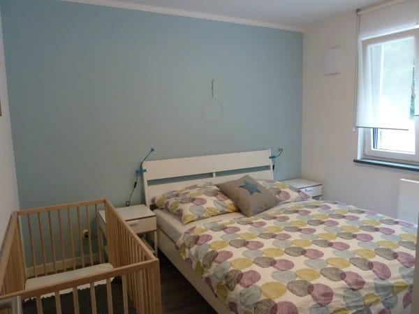 Schlafzimmer 2 mit Gitterbett Wohnung 2