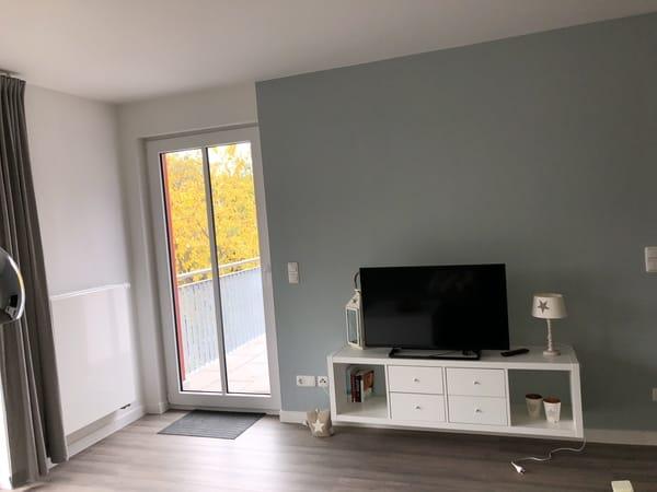 TV und Tür zum Balkon Wohnung 4