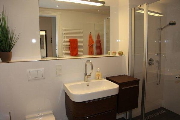 Bad mit einer Dusche, Waschtisch, WC und Fön