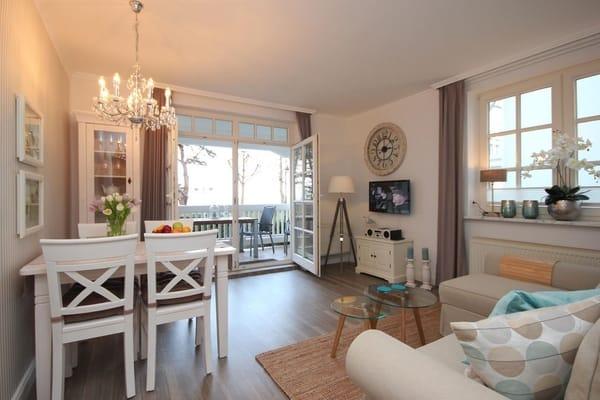 Wohnzimmer mit Essplatz & bequemer Sitzgruppe, Flachbild-TV, Musikanlage mit iPhone-Dockingstation, DVD-Player, kostenfreiem WLAN-Zugang sowie div. Brettspiele