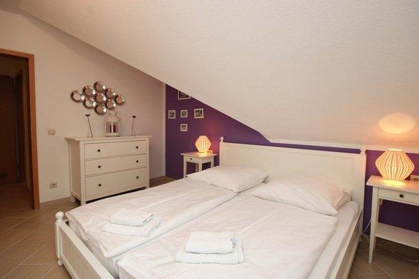 Der Schlafraum ist mit einem Doppelbett und Kleiderschrank ausgestattet.