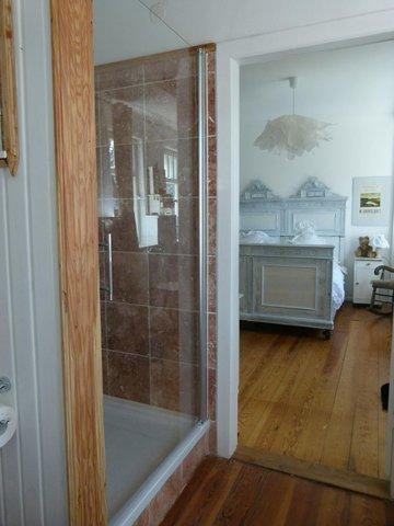 Blick vom Bad ins Zimmer