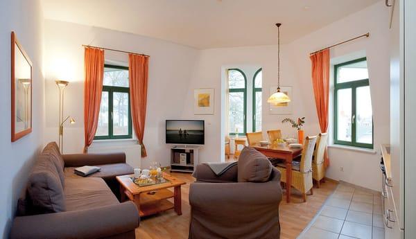 Das helle Zwei-Zimmer-Appartement liegt im 2. Obergeschoss und besitzt eine Wohnfläche von etwa 60m². Das Wohnzimmer lockt nicht nur mit Flat TV und einer gemütlichen Polstersitzecke zum Entspannen ..