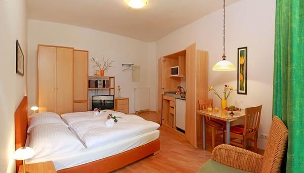 Das helle Ein-Zimmer-Appartement hat eine Wohnfläche von 25 m² und befindet sich im 2. Obergeschoss. Die kleine aber feine Ferienwohnung ist das ideale Urlaubsdomizil für verliebte Pärchen, ..