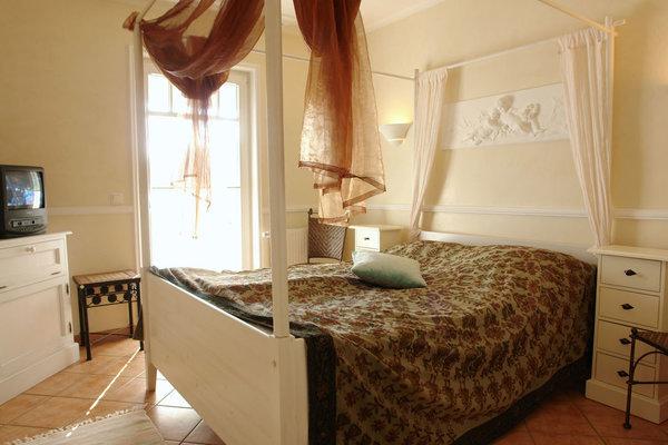 Der 1.Schlafraum ist mit französischem Himmelbett ausgestattet.