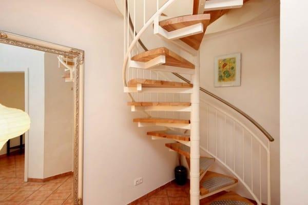 Der 2.Schlafraum und das 2.Bad sind über eine Wendeltreppe erreichbar.