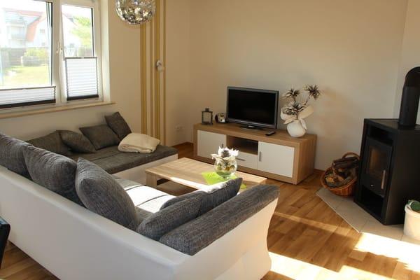 Wohnzimmer mit Couch und Kamin für kalte Tage