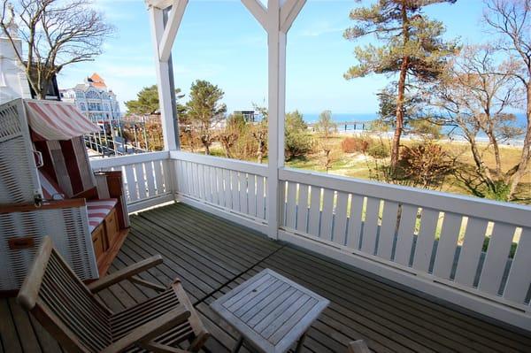 Auf dem Frühstücksbalkon genießen Sie den weiten Blick über die Ostsee im eigenen Strandkorb.