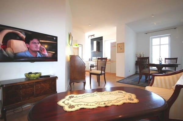 Im Wohnraum erwartet Sie neben der Sitzecke ein Flachbildfernseher sowie ein gebührenfreier Internetzugang.