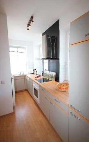 Die Küchenzeile ist mit einem Ceranfeld, Backofen, Mikrowelle, Kühlschrank, Tiefkühlschrank, Geschirrspüler, Kaffeemaschine, Wasserkocher, Toaster und weitere Küchenhelfer ausgestattet.