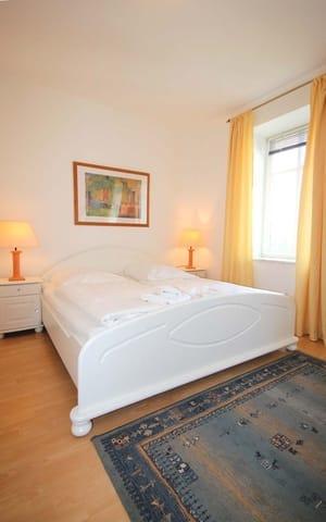 Im Schlafraum befindet sich ein schönes Doppelbett und ein großer Kleiderschrank.