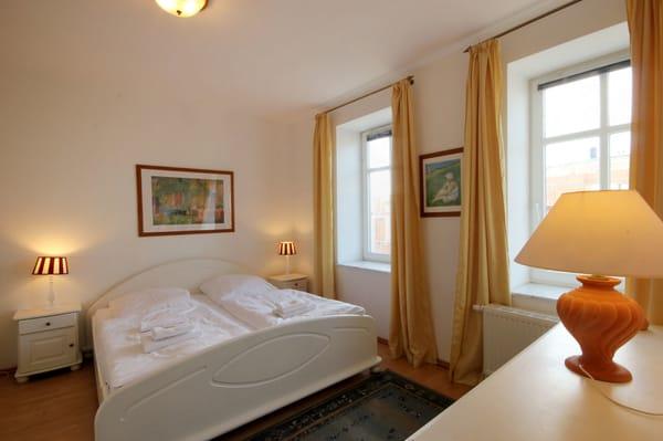 Im Schlafraum befindet sich ein schönes Doppelbett.