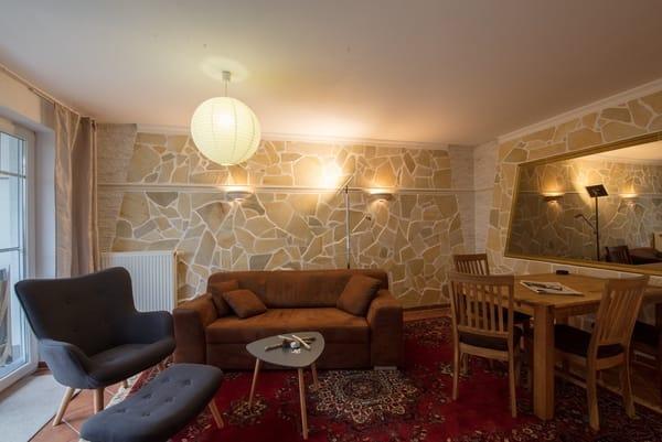 Wohnzimmer mit großem Esstisch,Sessel und Sofa