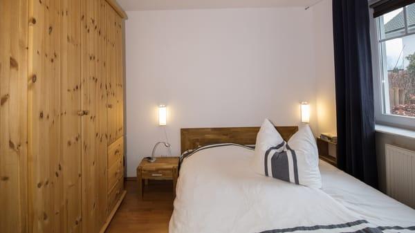 Schlafzimmer mit 1,60 m breitem Doppelbett und großem Kleiderschrank