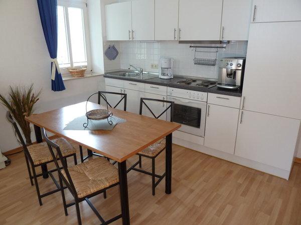 Küchenzeile mit Geschirrspüler & Kaffeevollautomat